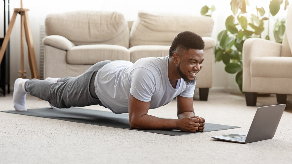 Side plank vs. regular plank: Which one is better for you?